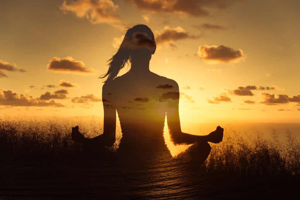 Mujer meditando en el campo