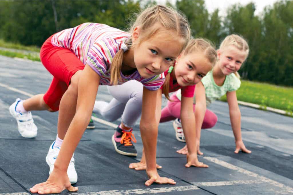 Niños compitiendo en clase de educación física