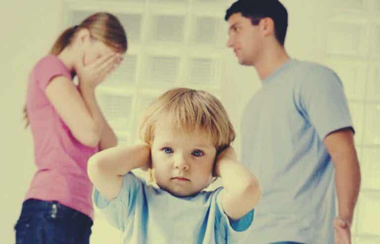 Parejas que permanecen juntas por los hijos, un error