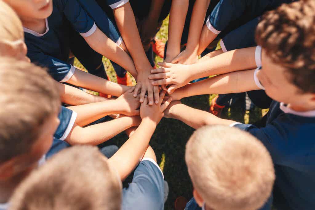 Niños con manos unidas