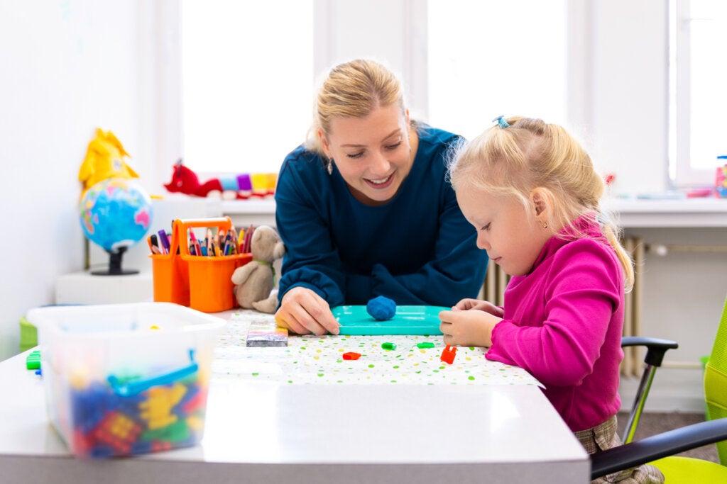 Psicóloga con niña en terapia