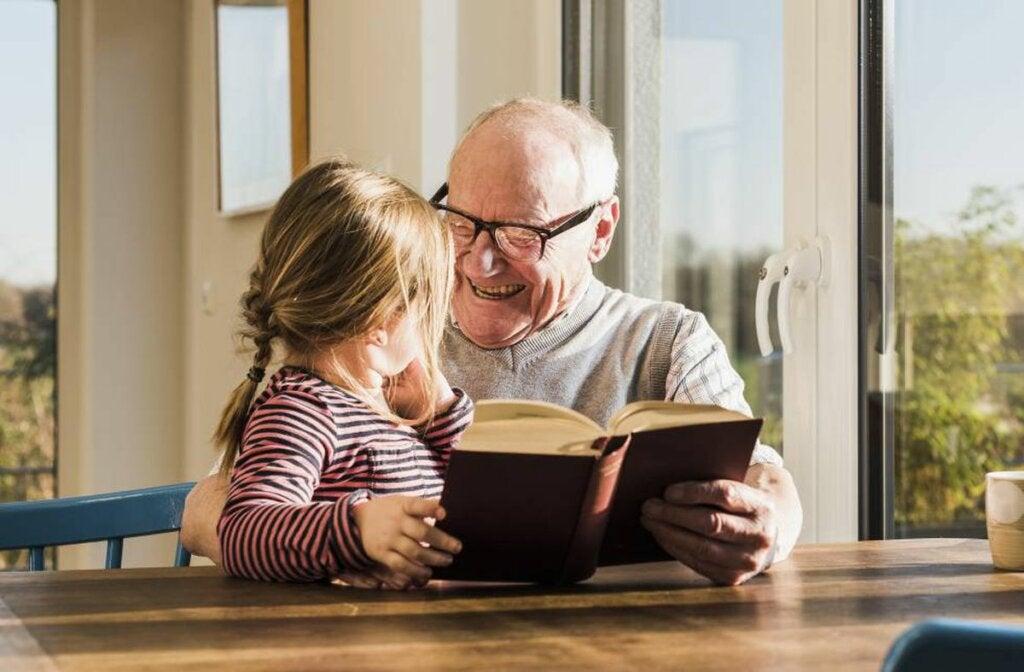 nieta con su abuelo representando cuando los abuelos hacen el papel de padres