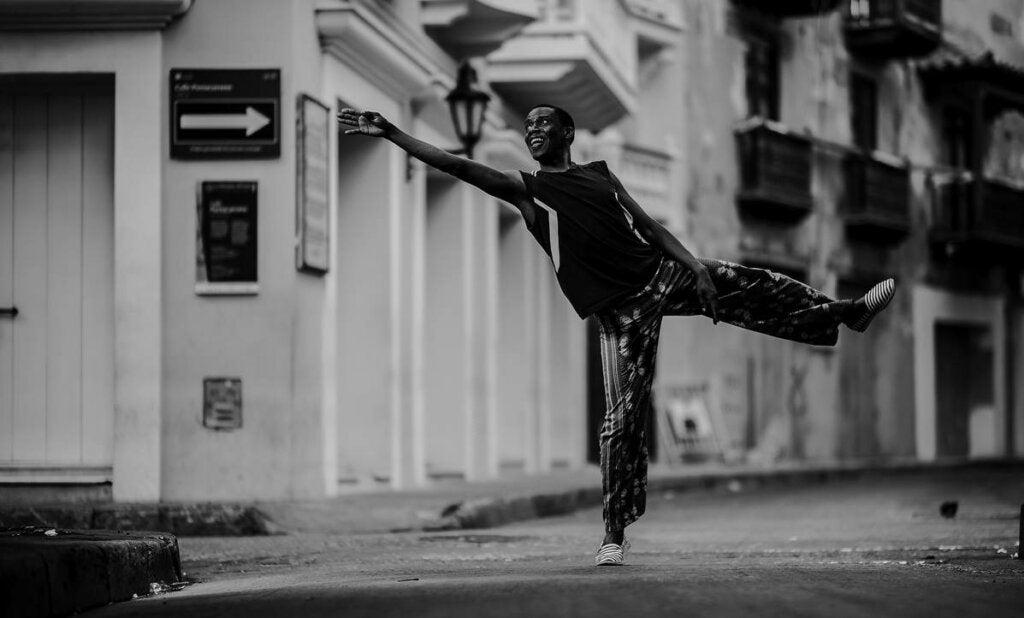 chico bailando para representar la relación del cerebro y danza