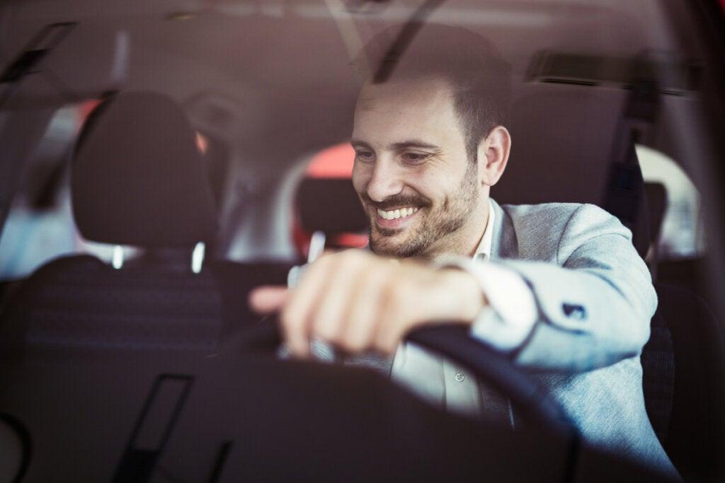 Hombre conduciendo distraído