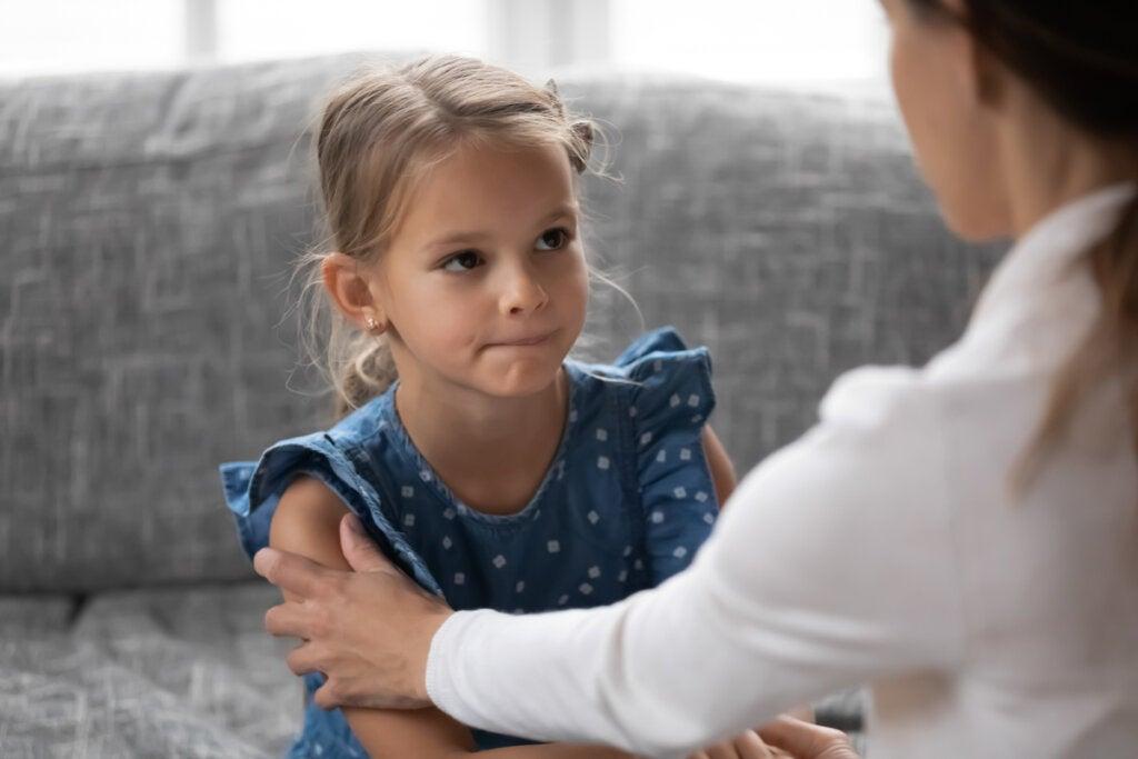 Moeder praat met haar dochtertje en symboliseert hoe je iemand op de juiste manier kunt prijzen
