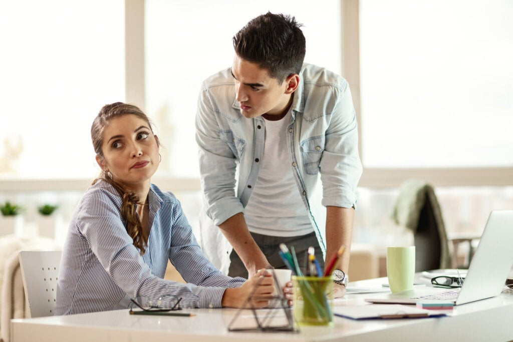 Mujer ignorando a su compañero de trabajo