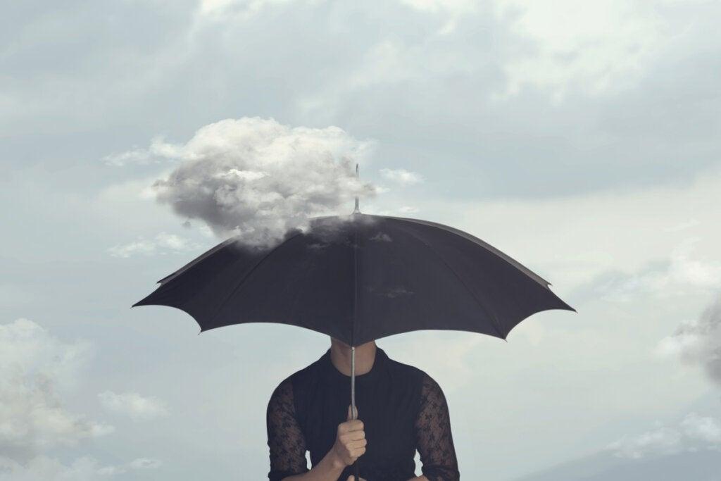 Mujer vestida de negro con un paraguas