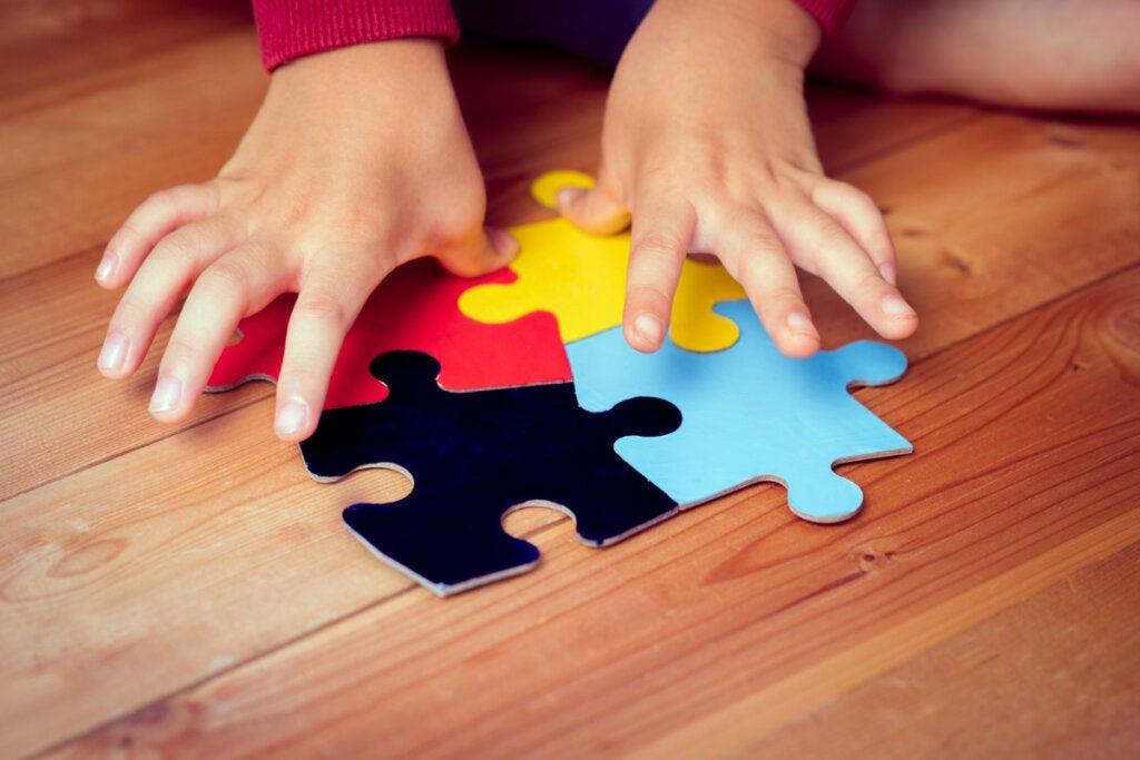 Junge macht ein Puzzle, das Neurodiversität darstellt