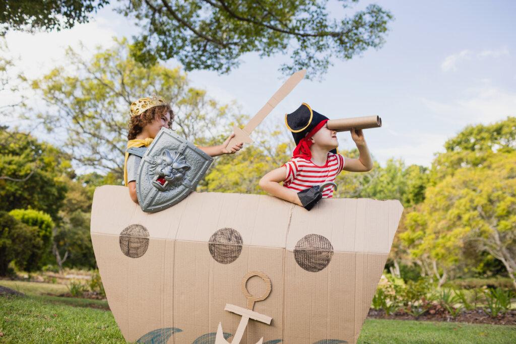 Niños disfrazados de piratas en un barco de cartón
