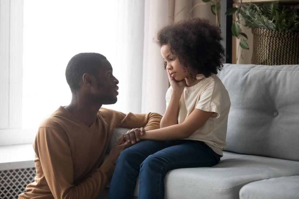 Pai conversando com sua filha pré-adolescente