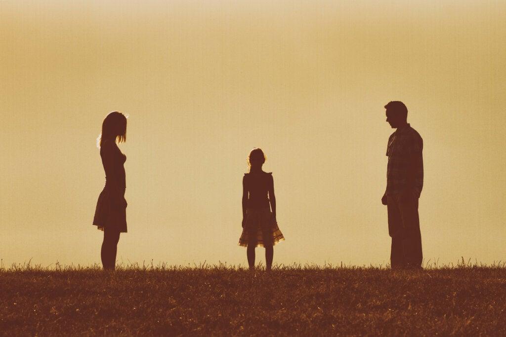 Padres separados y su hija en medio