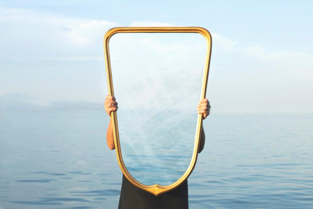 Persona sujetando espejo