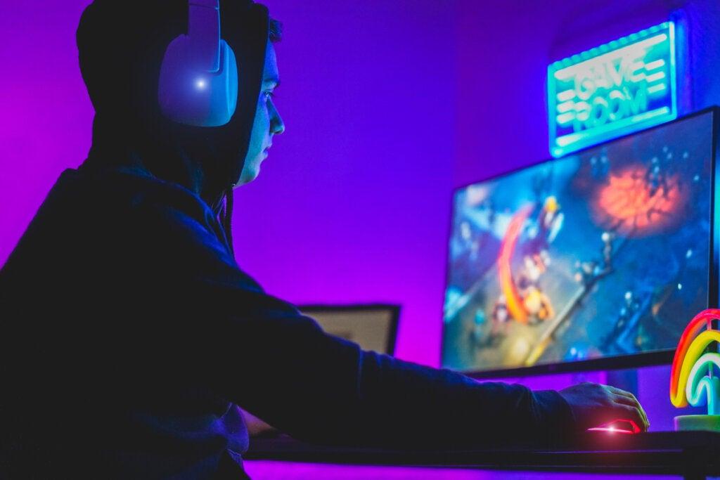 Adolescente jugando a videojuegos