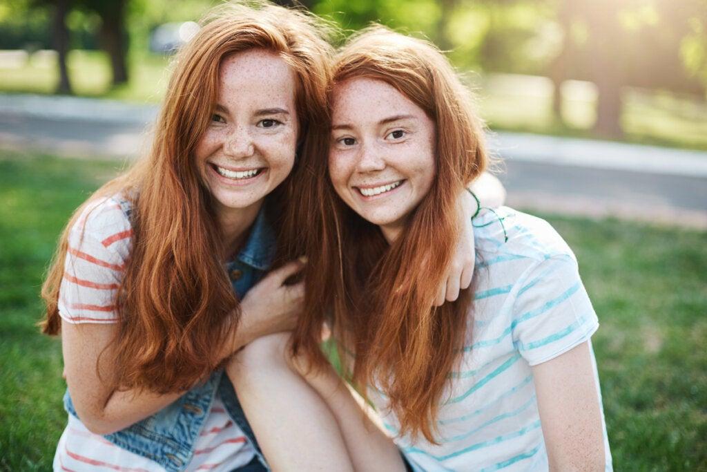 Imagen de gemelas para explicas las diferencias ente genotipo y fenotipo