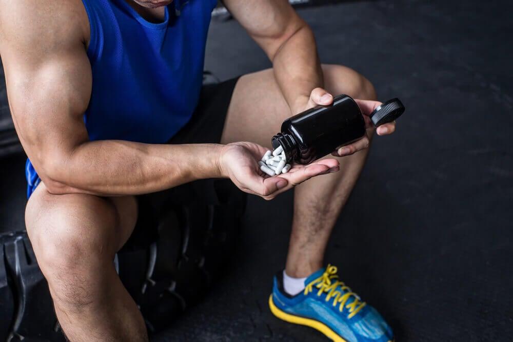 Hombre con adicción al ejercicio físico consumiendo sustancias