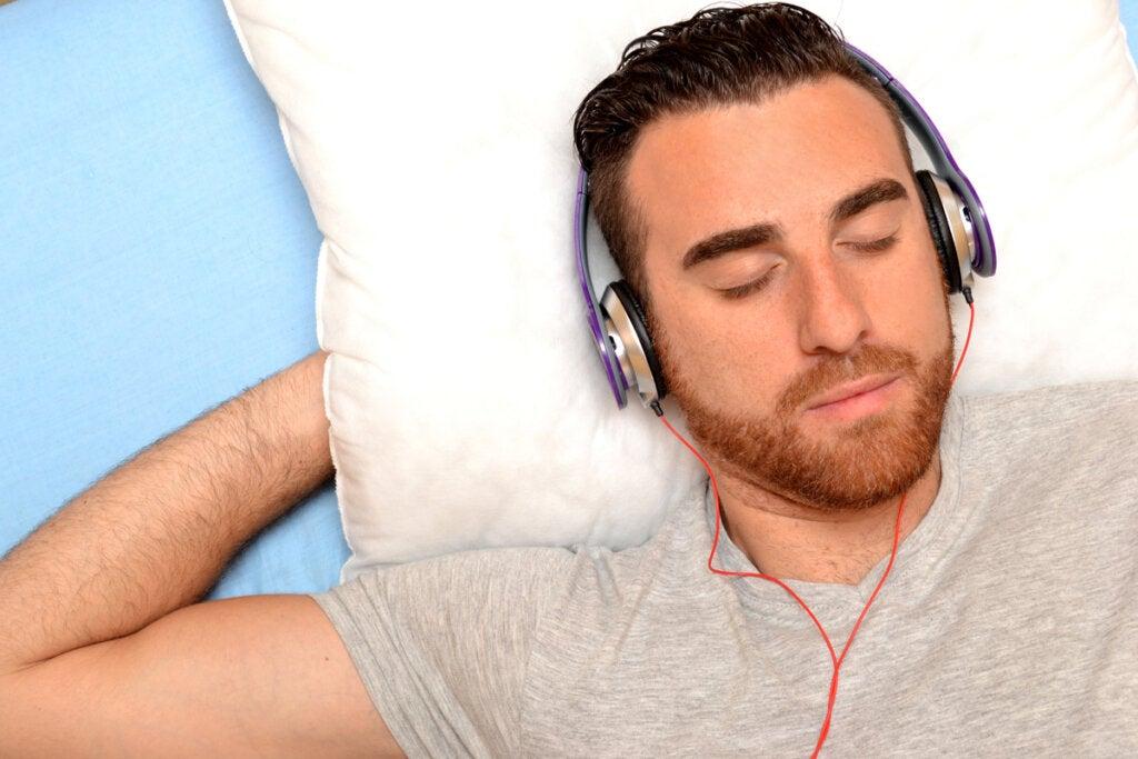 Hombre escuchando música en la cama