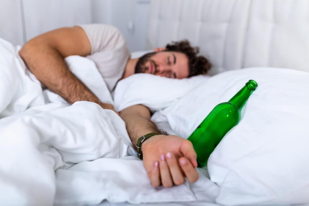Beber alcohol antes de dormir: sus efectos sobre el sueño
