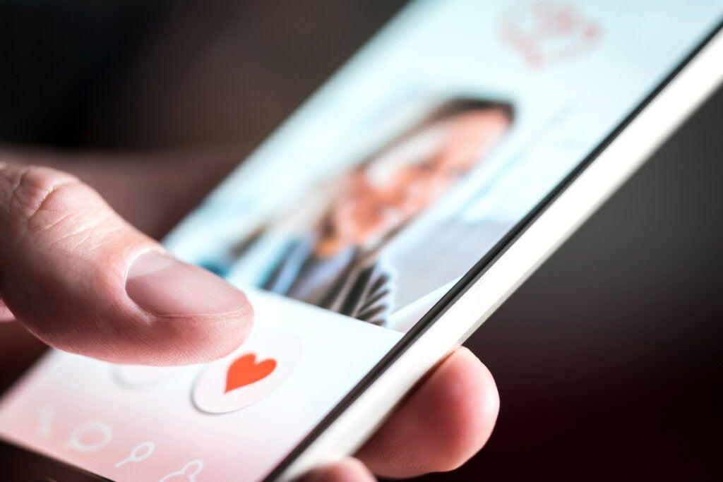 Hombre utilizando una app para encontrar pareja