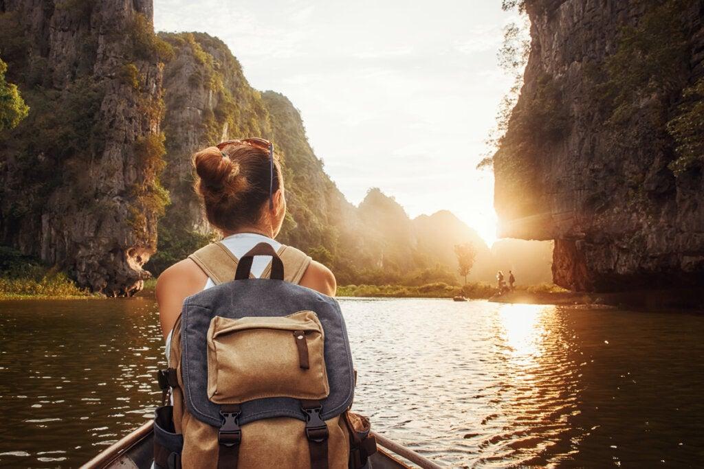 Mujer en una barca viendo un paisaje natural