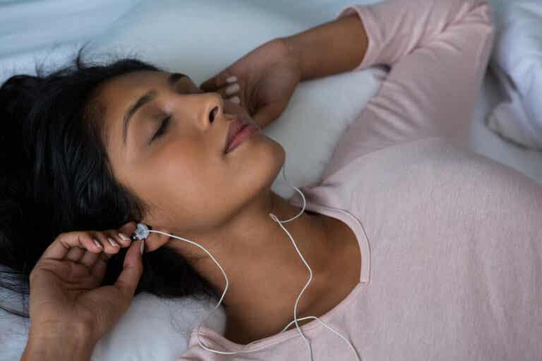 Dormir con sonidos de fondo: ¿por qué lo hacemos y cómo nos afecta?