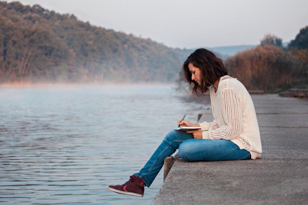 Mujer escribiendo en un lago