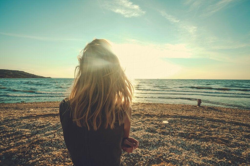 Mujer de espaldas en la playa