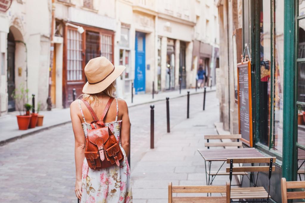 Mujer paseando por una ciudad