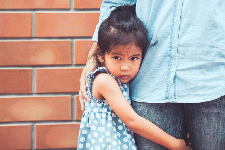 Mi hijo tiene miedo a otros niños: ¿qué hago?