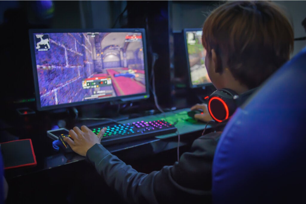 Niño jugando a videojuegos en su habitación