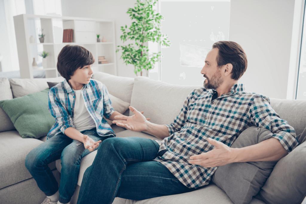 Padre e hijo hablando sobre la ira