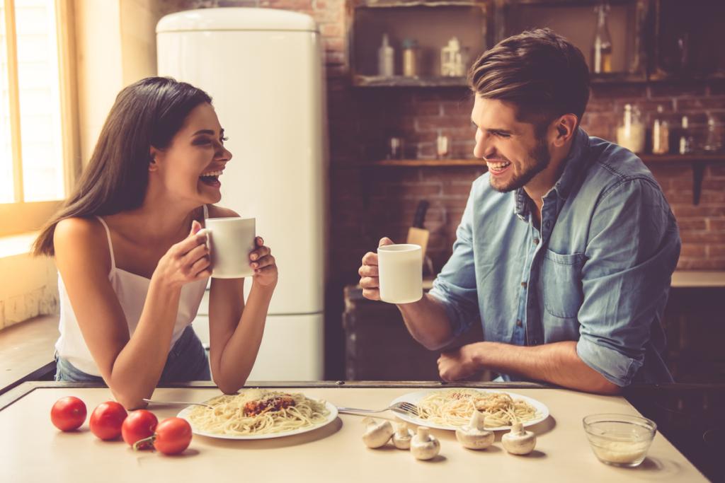 pareja comiendo y representando cómo dar el primer paso con alguien que te gusta