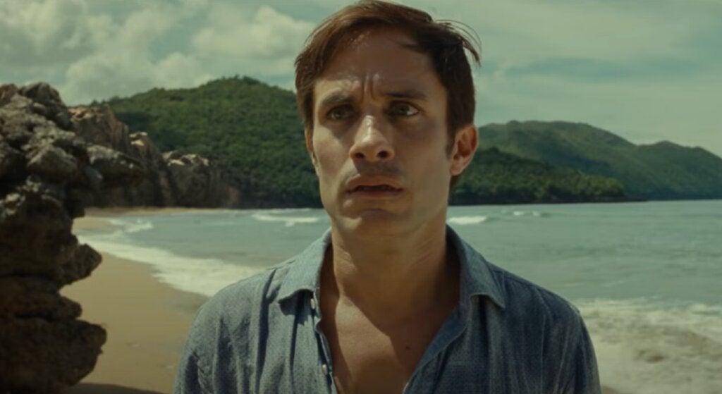 Hombre asustado en la playa