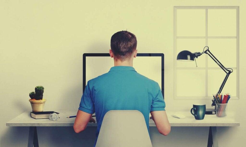 hombre en escritorio representando cómo sentarse erguido