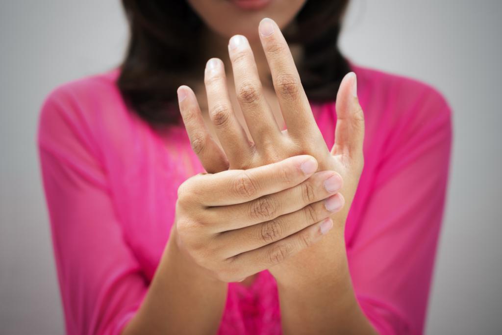 Kvinne holder hånden for nummenhet