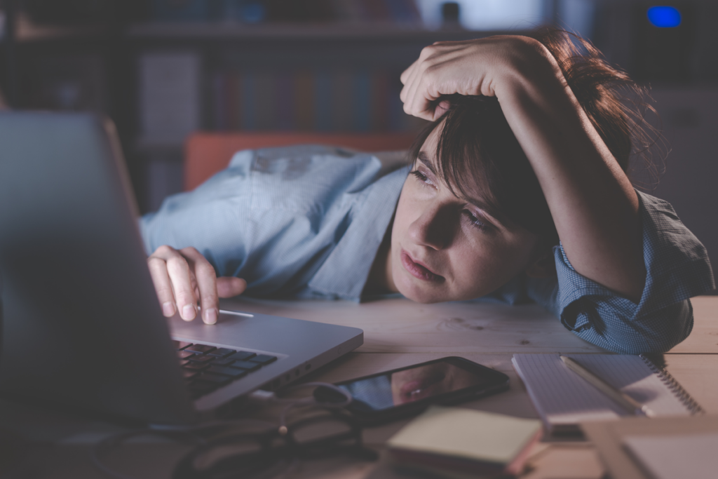 Mujer agotada trabajando