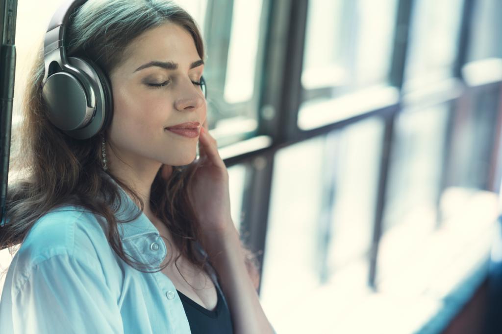 Kvinne som lytter til musikk