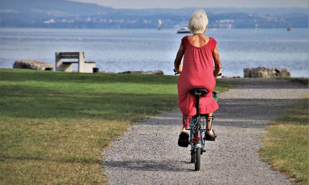 mujer en bici para representar los consejos de las personas centenarias