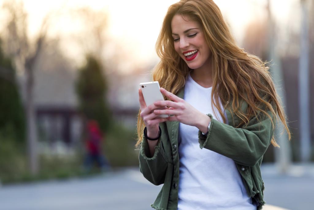 Mujer sorprendida por un mensaje de móvil