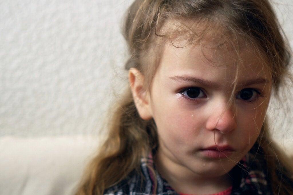 Ledsen tjej som gråter, visar ångestsymtom hos barn.