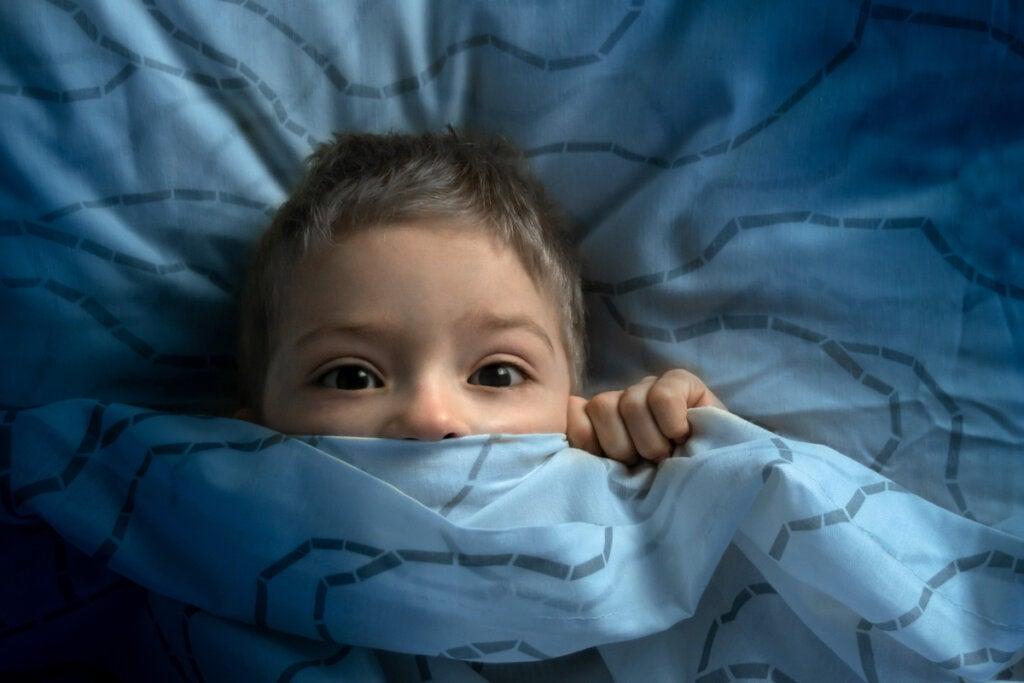 Niño con miedo a la oscuridad