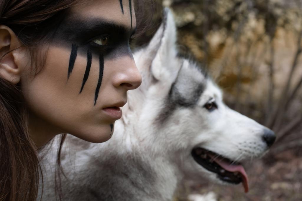 Twarz kobiety z wilkiem reprezentująca archetyp dzikiej kobiety