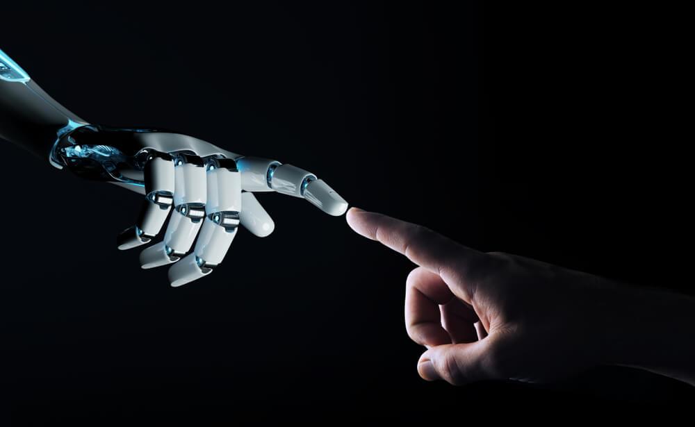 Mano umana e di robot.