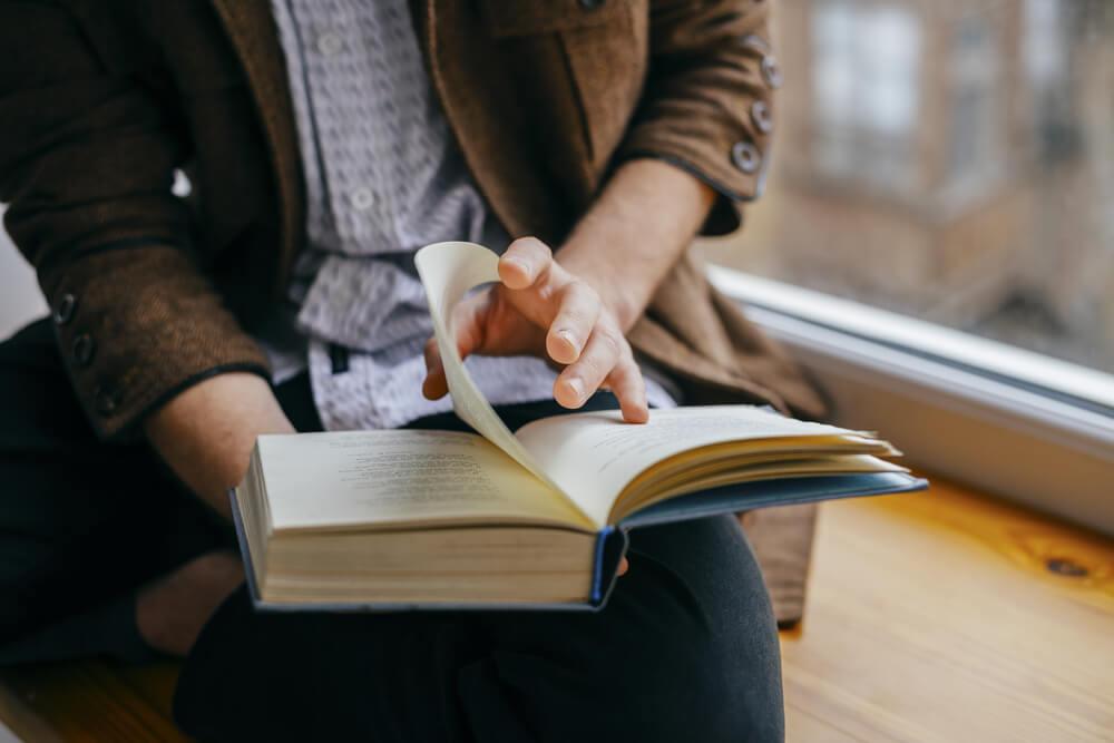Persona leyendo un libro.