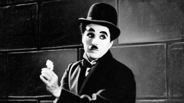 Charles Chaplin actuando.
