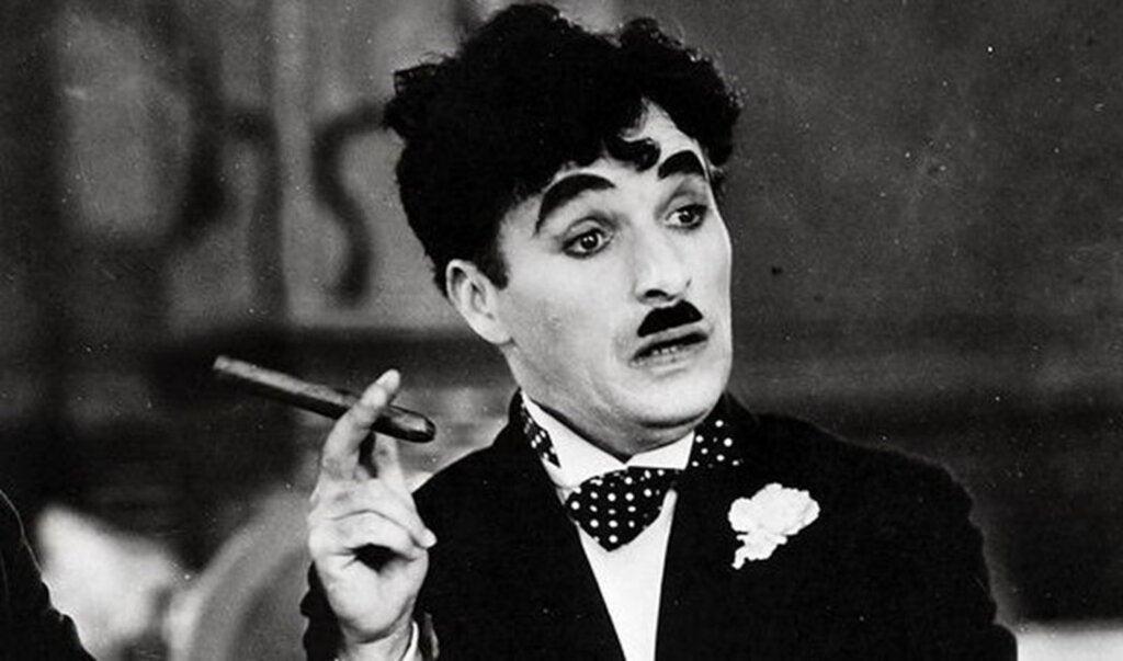 Charles Chaplin durante la actuación.