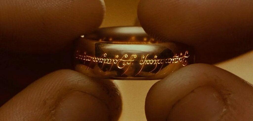 Dedos sujetando un anillo