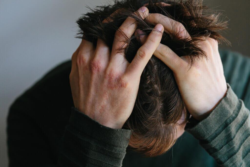 Hombre abrumado por cansancio extremo por ansiedad