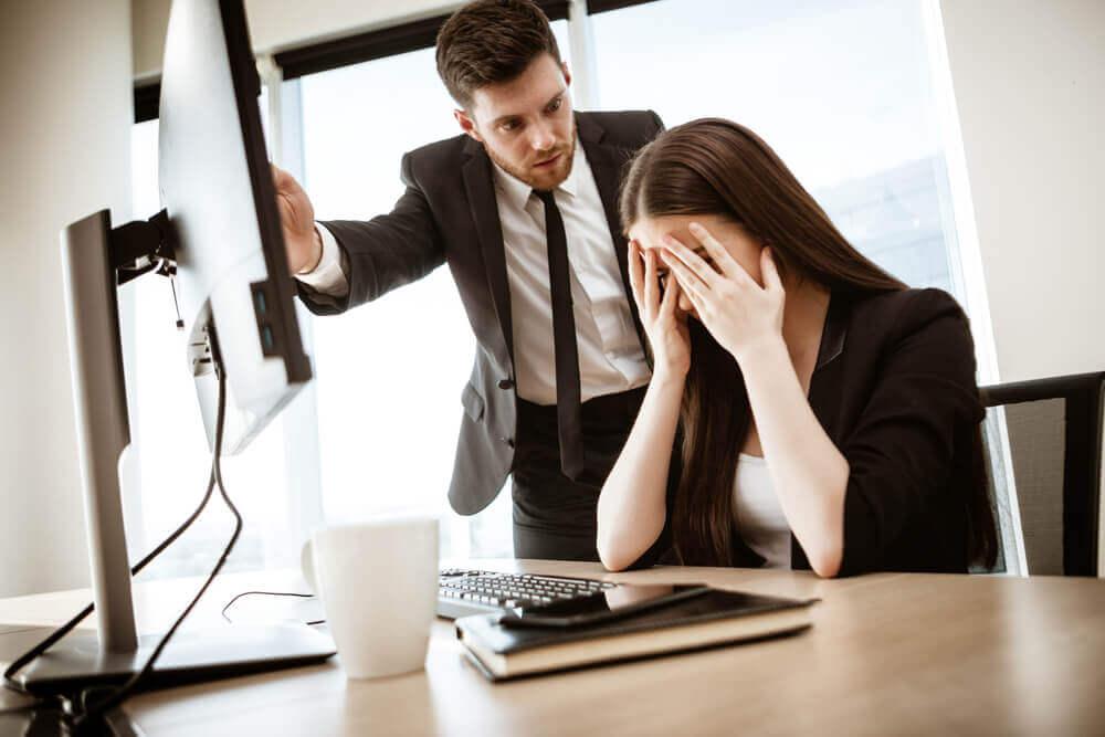 Hombre enfadado con empleada