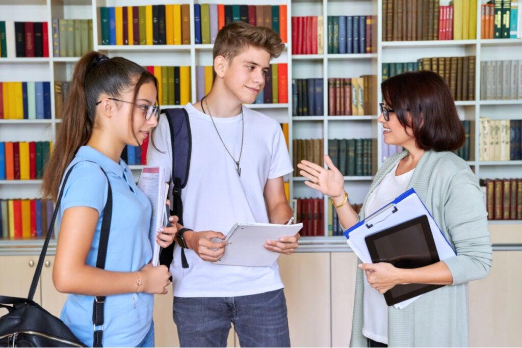 Jovens com conselheira vocacional