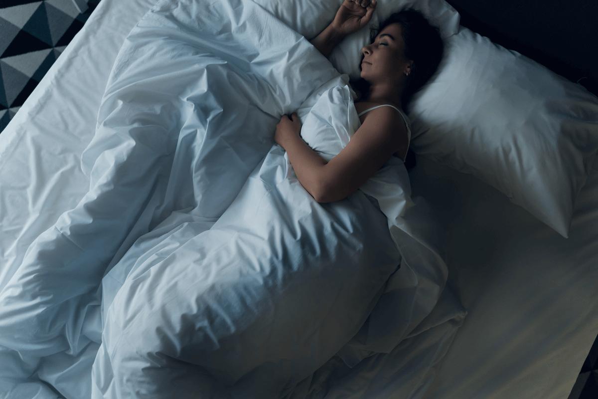 Mujer durmiendo sola